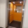 Winda w budynku urzędu gminy dostosowana do osób niepełnosprawnych ruchowo korzystających z wózków inwalidzkich.