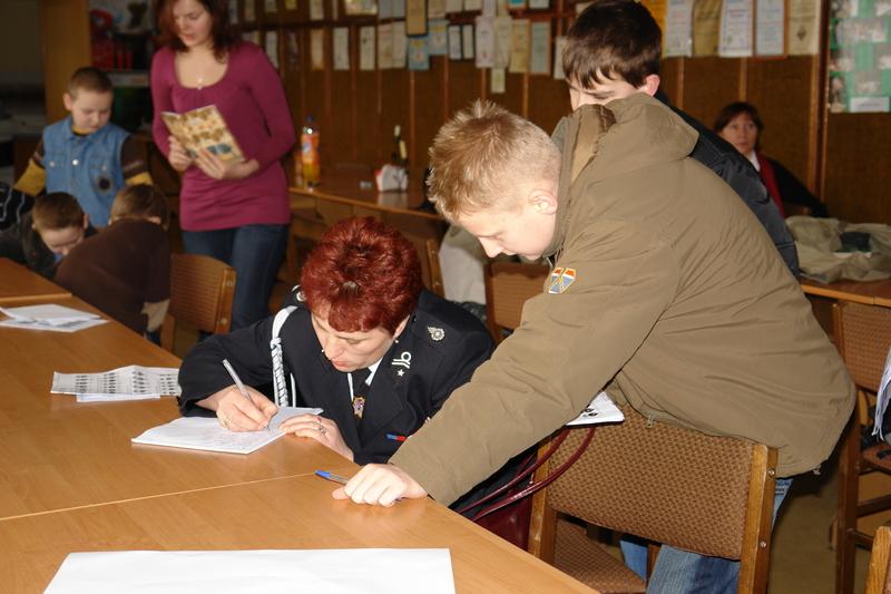 Pani Monika Wyglądacz dokonuje rejestracji uczestników konkursu