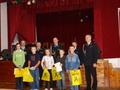 Najmłodsi  wyróżnieni uczestnicy konkursu w towarzystwie Strażaków