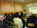Opiekun Centrum Radosław Radwański objasnia zgromadzonym jak poruszać się po kursach e- learningowych.