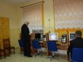Radny Andrzej Konieczny ogląda materiały promujące CKNONW, obok Radosław Radwański