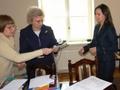 Nagrodę dla swoich uczniów odbiera Pani Dyrektor Dorota Dybska - SP Broszki