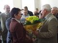 Kwiaty  byłemu Burmistrzowi Józefowi Mucha wręcza Pani Beata Kossakowska z KPP w Sieradzu, tuż za nią Nadkomisarz Marian Paluch, poprzedni Komendant Komisariatu Policji w Złoczewie