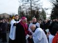 przejmujące powitanie - Ksiądz Parałt Piotr Światły wita się z Biskupem Pomocniczym Teofilem Wilskim