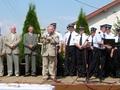 Burmistrz Antoni Kucharski wręcza jubileuszowy puchar Strażakom z OSP Stolec