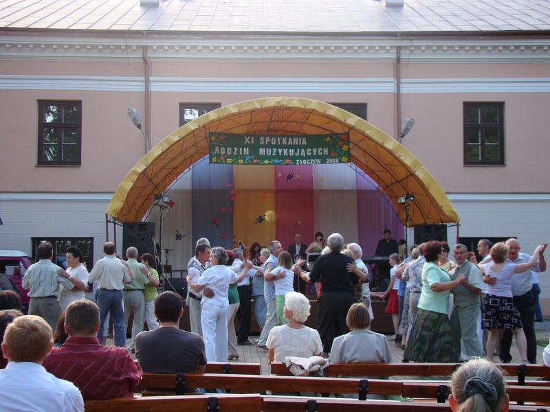 Hej Sokoły w wykonaniu Wojtysiaków z Dąbrowy Wielkiej sprawiły że parkiet zawirował.